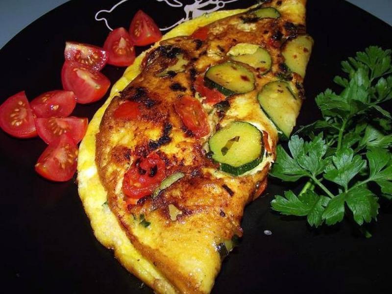 Omlet z pomidorami i cukinią