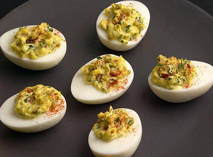 Jajka faszerowane z boczkiem i wędzoną papryką