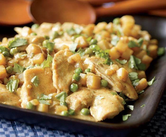 Kurczak w sosie kokosowo-curry z ziemniakami i groszkiem
