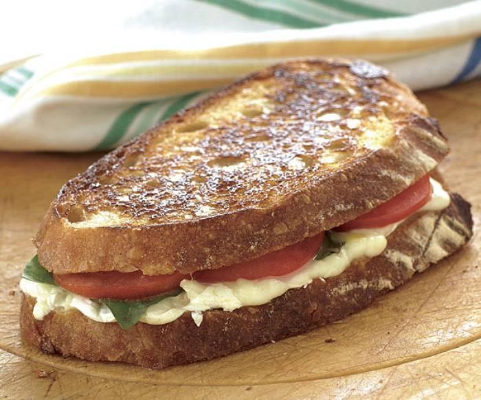 Grillowana kanapka z mozzarellą, pecorino, pomidorem i bazylią