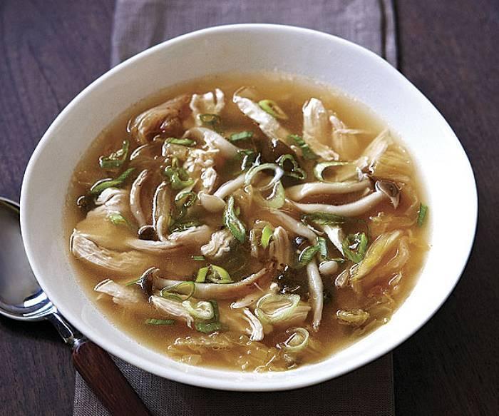 Orientalna zupa z kurczaka i kapusty kimchi