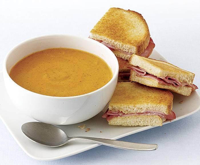 Zupa pomidorowo-serowa z grzankami z szynką
