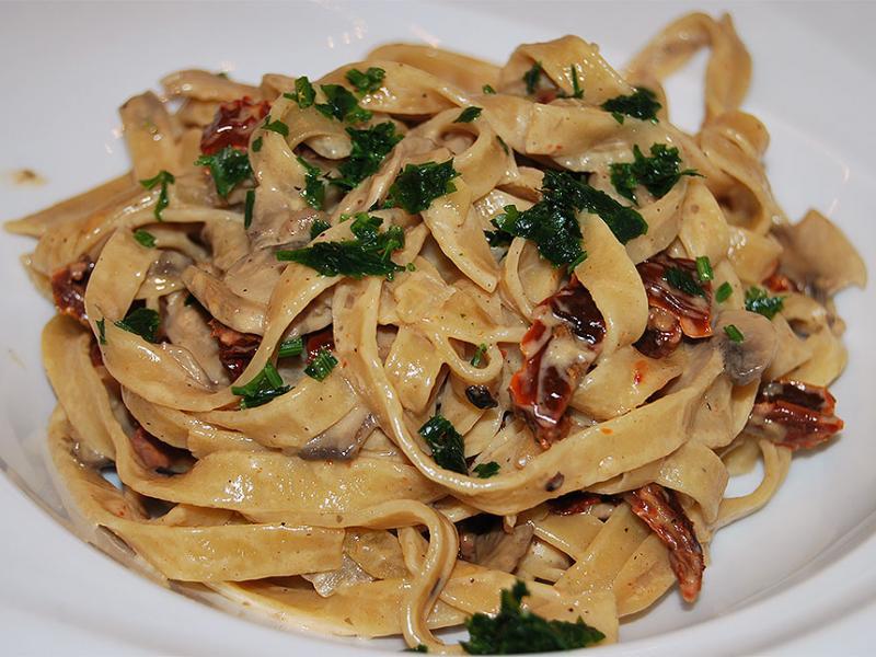 Spaghetti z grzybami w sosie śmietanowym
