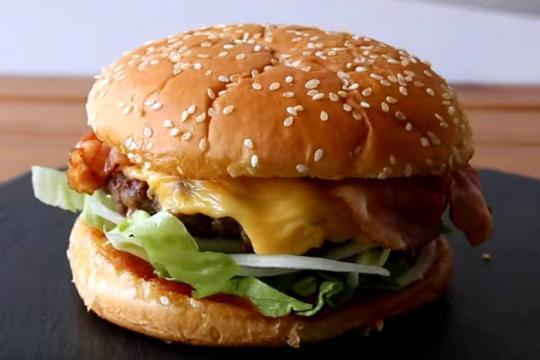 Hamburger z boczkiem i serem