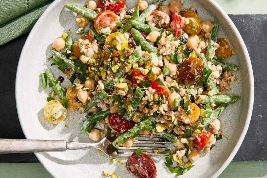 Sałatka z ziarnami farro, pomidorkami i fasolką szparagową z sosem feta