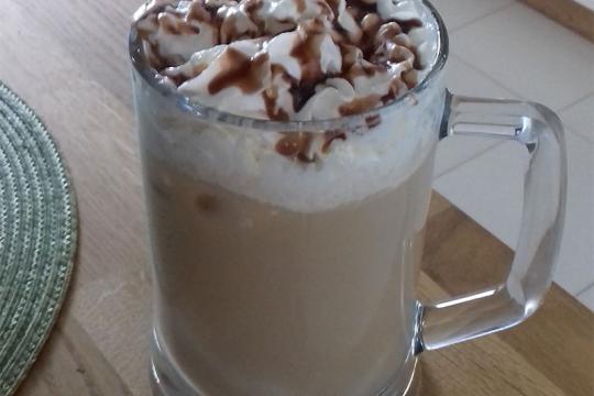 Kawa mrożona z bitą śmietaną