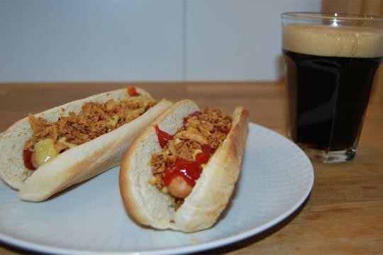 Hot-dog z zapiekanym serem i prażoną cebulą