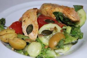 Sałatka z kurczakiem i miodowym sosem winegret