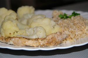 Schab wieprzowy na parze z brązowym ryżem i warzywami